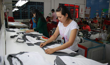Lương công nhân ngành may TP HCM không đủ sống